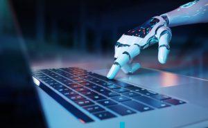 ręka robota na klawiaturze komputera